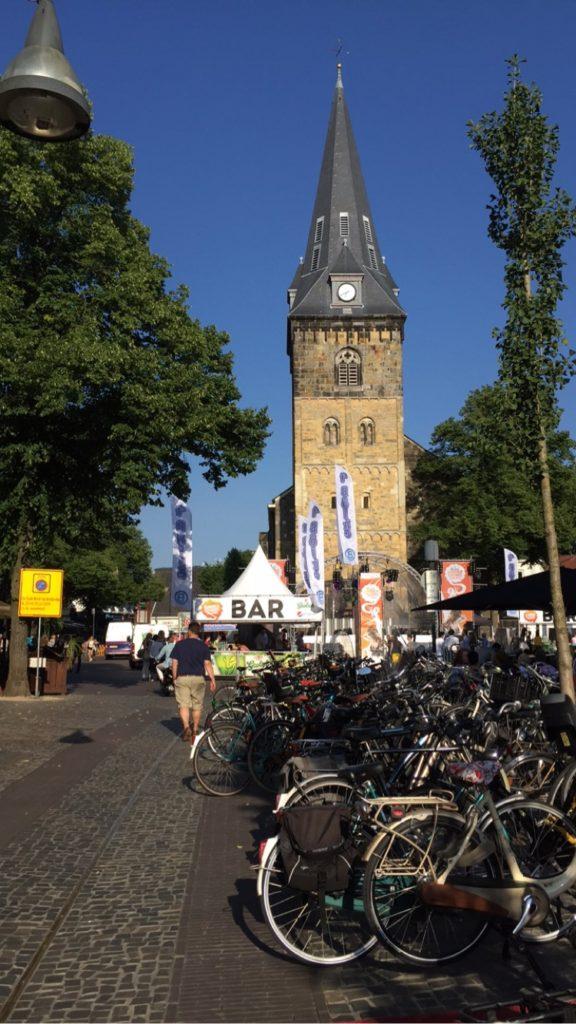 Essa é a parte do centro onde os eventos e festivais acontecem, na frente da Grote Kerk.