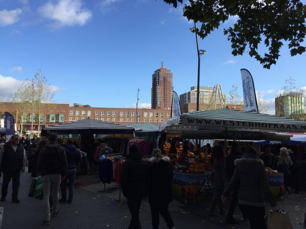 Mercado de sábado, com direito a um céu super azul e a vista do prédio mais alto de Enschede.