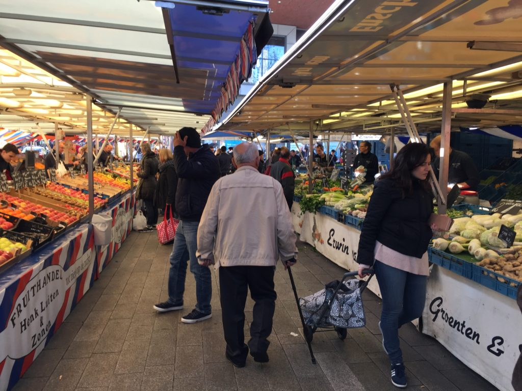 Um dos corredores onde os fazendeiros locais vendem suas frutas e verduras. (Foto: Gloria Ahorn)
