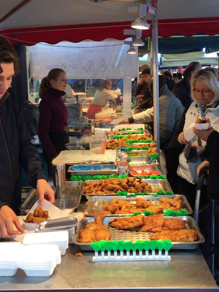Aqui é onde eles vendem o famoso Kibbeling (bacalhau) e outros peixes fritos.