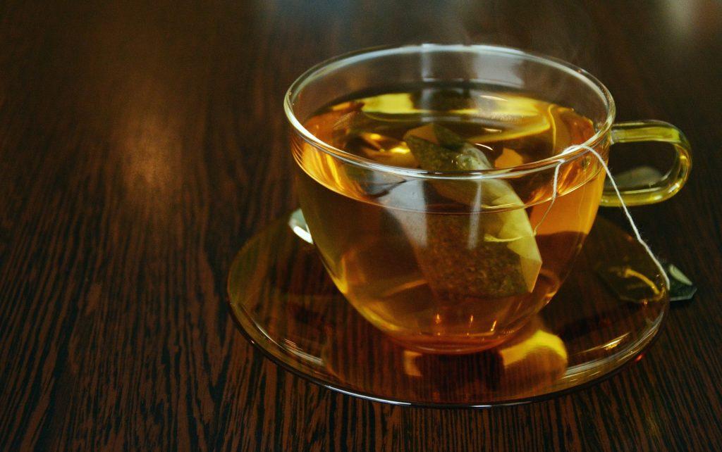 Nada é tão aconchegante quanto tomar um chá em casa enrolada no cobertor. (Foto: Pexels)