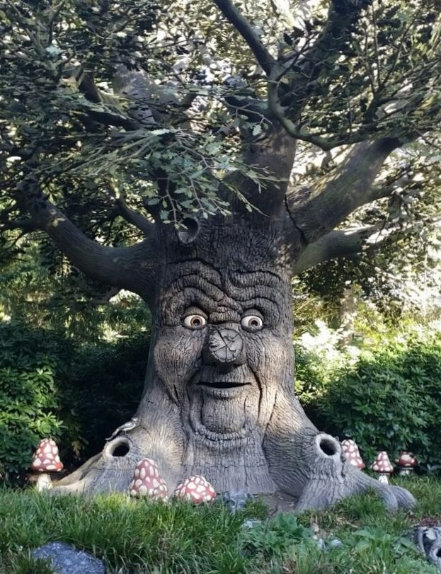 Árvore que fala, no Efteling. Ela conta histórias e a criançada adora parar para ouvir. Infelizmente, é só em holandês.