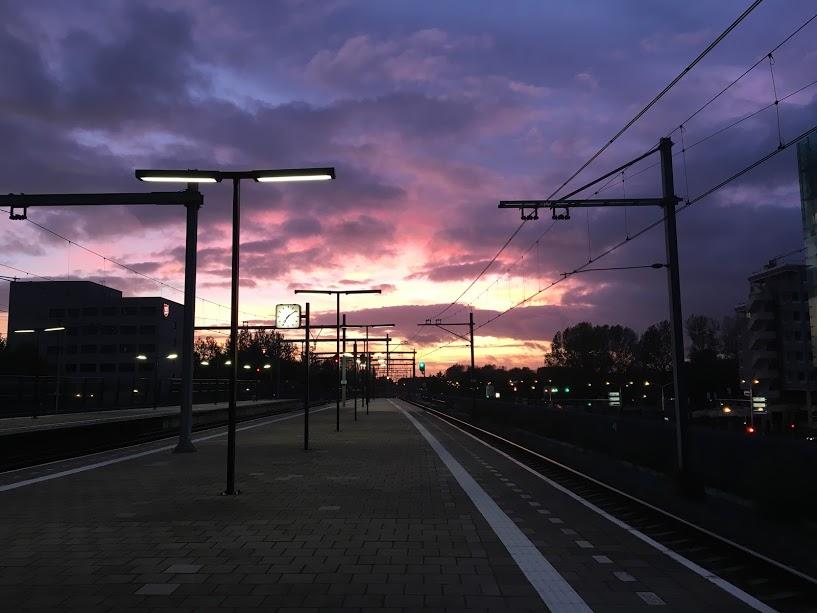 Eu tinha acabado de pegar o trem errado para voltar para casa e estava (me) xingando muito. Aí quando desci na próxima parada, fui presenteada com esse por do sol lindo. O humor melhor 1000% depois dessa.